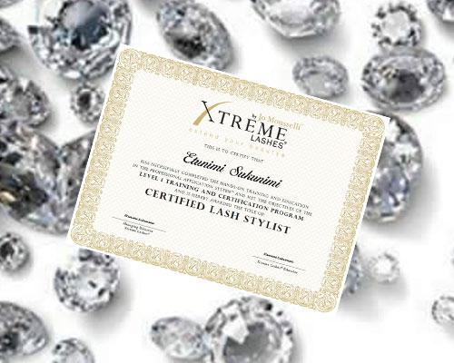 Xtreme Lashes -sertifikaatista tunnistat sertifioidun Xtreme Lashes -ripsimuotoilijan. Tämä sertifikaatti on todiste siitä, että ripsimuotoilija täyttää Xtreme Lashesin laatuvaatimukset.